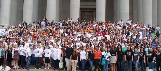 Photo of 900 middle and high school students from West Virginia on the steps of the state capitol